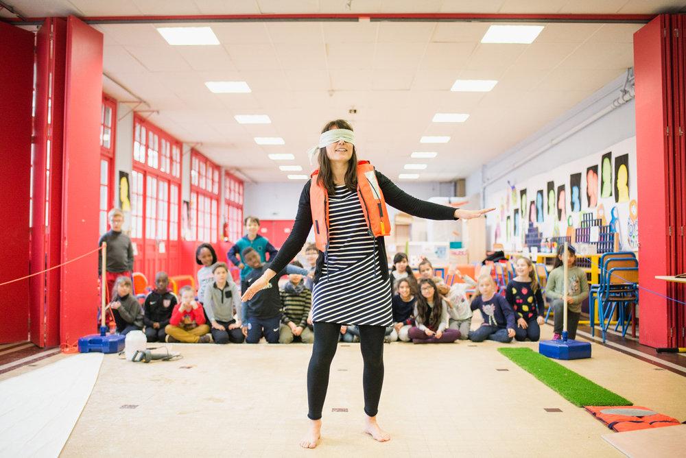 L'institutrice Laura Zinsner devant ses élèves à l'école Victor Hugo B à Clichy - mars 2018