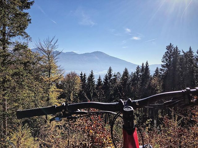 Weekend flew by so fast! What did you get up to? Our Innsbruck connection enjoyed some of the last warm and sunny ☀️ days on the local #arzleralmtrail soaking in the #autumncolors🍁 #lovemtb #getoutthere #bikmo #bikmocycleinsurance #mountainbiking #enduromtb #mondaymood #tirol #bikelove