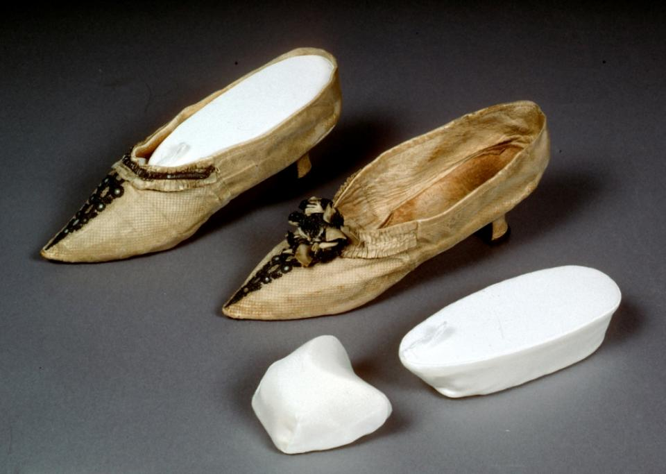 Custom-made internal support forms for second pair of shoes in similar condition