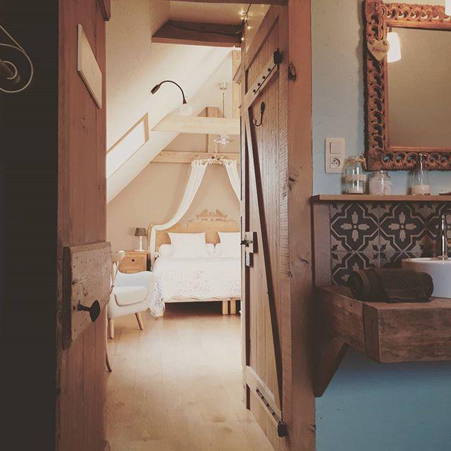 """Binnen gluren in de kamer""""Flanel""""....@dons_en_flanel #bedandbreakfast #landelijk #romantiek #sfeervol#logereninvlaanderen #fransvlaanderen #"""