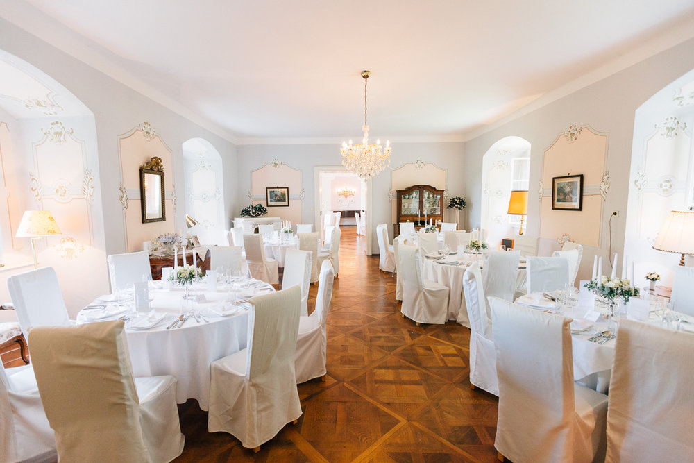 Elegante Festsäle - Vier helle, warme und lichtdurchflutete Festsäle, eingerichtet mit eleganten Lustern, Kommoden, Bildern und Öfen aus dem vorigen Jahrhundert bringen den Charme und Glanz vergangener Tage wieder.
