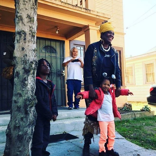 Remember to turn up in blue tomorrow, MONDAY FEB 26TH 9 AM, to show that you can't evict community power! Aunti Frances is going through an eviction trial and we're coming with her. We're going to #closetheloophole but we need YOUR help. Check link in bio for details for rides to Hayward courthouse. #defendauntifrances #housingjustice #gentrification  #bayarea #oakland