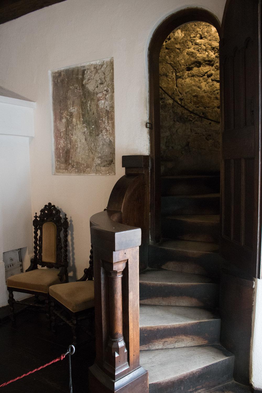 Vrata tajnog prolaza koji vodi od prvog do trećeg sprata