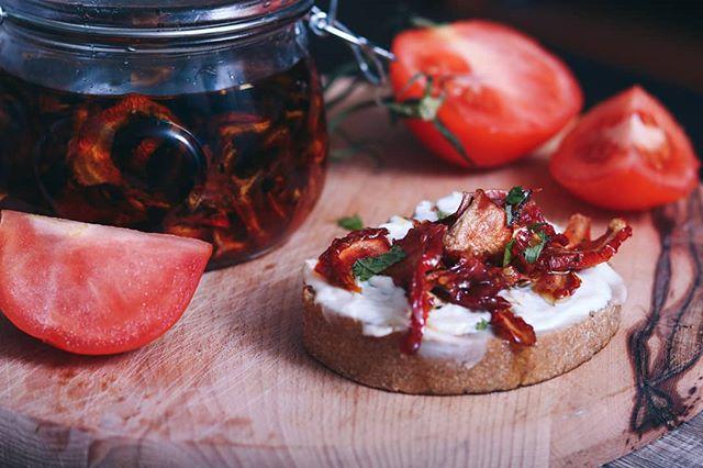 • Mnogo je pitanja bilo u vezi sušenja paradajza na suncu, ali konačno smo ga spakovali na blog, pa možete da pročitate i pitate sve što vas interesuje (link je u opisu profila). 🍅 •  Sun dried tomatoes • . . . #paradajz #suseniparadajz #susenjeparadajza #sundriedtomatoes #sundriedtomatoe #tomatoe #ulje #maslinovoulje #oliveoil #salata #salad #recepti #food #foodblog #kuvarskiblog #kuvamososmehom