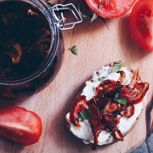 • Nadamo se da vas služi vreme, za sušenje paradajza ovog vikenda. 😁 Uživajte! 😙 • . . . #paradajz #suseniparadajz #susenjeparadajza #sundriedtomatoes #sundriedtomatoe #tomatoe #ulje #maslinovoulje #oliveoil #salata #salad #recepti #food #foodblog #kuvarskiblog #kuvamososmehom