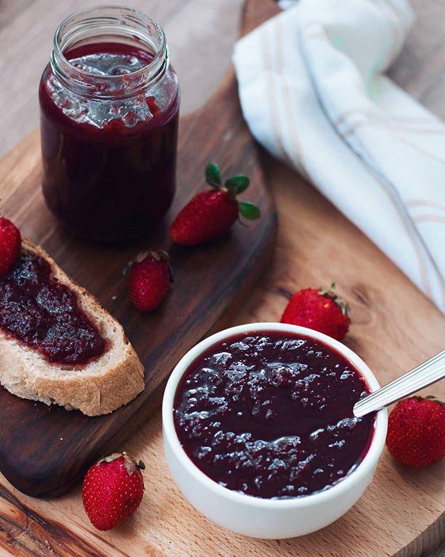 • Recept za ovaj mirišljavi džem od jagoda vas čeka na blogu 🍓 • Strawberry jam • . . . #jagoda #jagode #dzem #pekmez #domace #domacidzem #dzemodjagode #strawberries #jam #strawberryjam #drvo #drveno #prirodno #domacejagode #domacidzem #recepti #kuvamososmehom