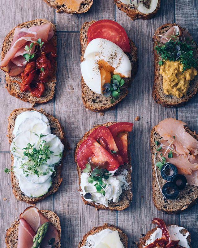 • @plantica_mikrobilje na delu 😊 • . . . #mikrobilje #microplants #microplante #sendvic #sendvici #bufe #bufet #mini #minisendvici #sunka #losos #jaja #paradajz #krastavcu #salata #povrce #zdravo #dorucak #rucak #vecera #uzina #integralnihleb #senf #salmon #ham #recepti #hrana  #foodphotography #recepti #kuvamososmehom