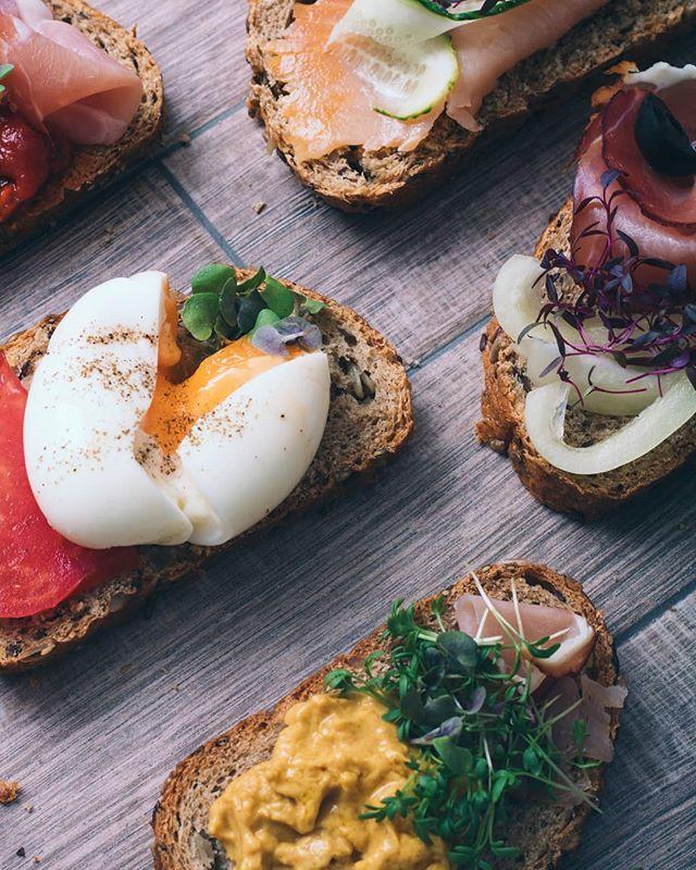 • Koliko volite jaja od 1 do radujem se doručku samo zbog jaja? 😂 • . . . . #mikrobilje #microplants #microplante #sendvic #sendvici #bufe #bufet #mini #minisendvici #sunka #losos #jaja #paradajz #krastavcu #salata #povrce #zdravo #dorucak #rucak #vecera #uzina #integralnihleb #senf #salmon #ham #recepti #hrana  #foodphotography #recepti #kuvamososmehom
