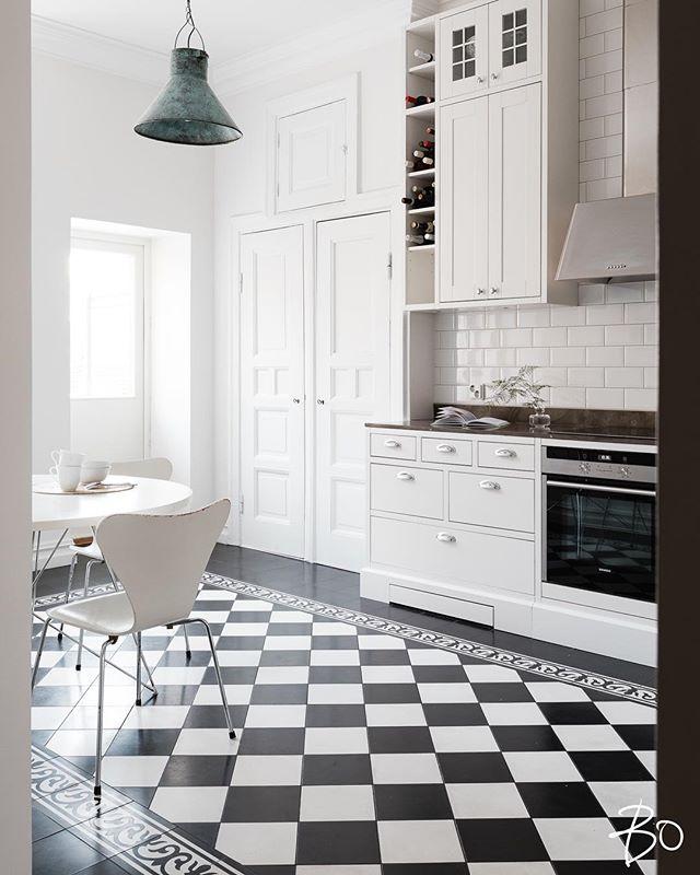 Tässä työssä  pääsee todella kauniisiin koteihin, niin tänäänkin. Vauhdikas stailauspäivä tiimillä @saarailmarinen & @miiamj 🖤 ja kauniit kuvat @petterssonphoto // today's styling for @bo_helsinki @lindakukkonen @matiasschantz . . . . #mywork #lovemyjob #interiorstylist #kauniskoti #beautifulhome #todayswork #photoshoot