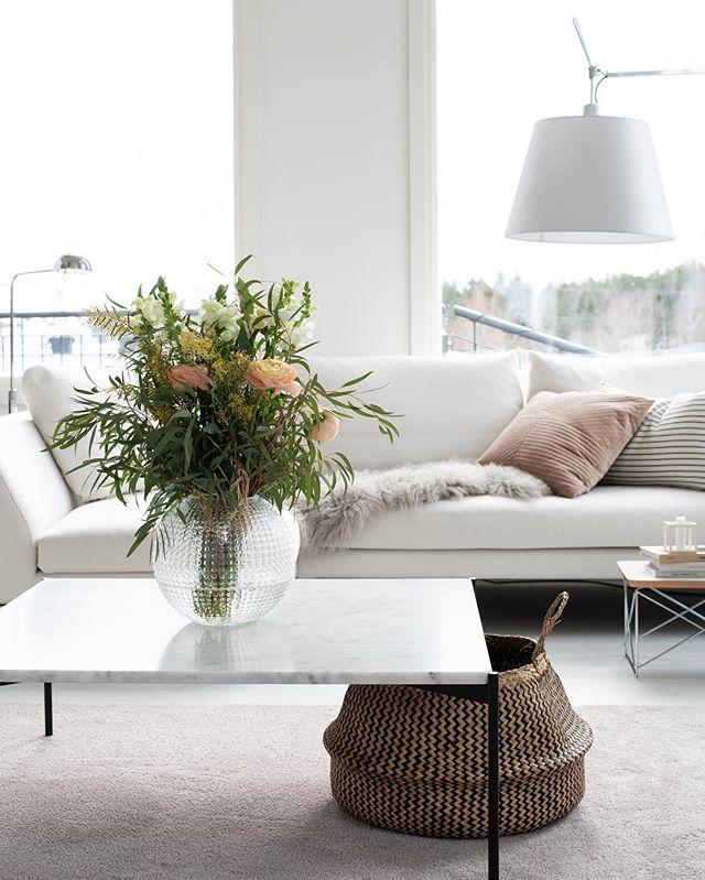Bo Awardseista kotiintuomisiksi sain kaksi ihanaa keväistä kimppua, ei haittaa vaikka ulkona tulee lisää lunta 🧡 kivaa lauantai-iltaa ystävät! / I got these wonderful flowers last week, happy! . . . . #myhome #mitthem #scandinavianhome #livingroom #livingroominspo #inspiration #iloveflowers #adea #palkintokukat #boawards #interior #interior4all #inredning #inredningsinspo #whiteinterior #artemide #happy