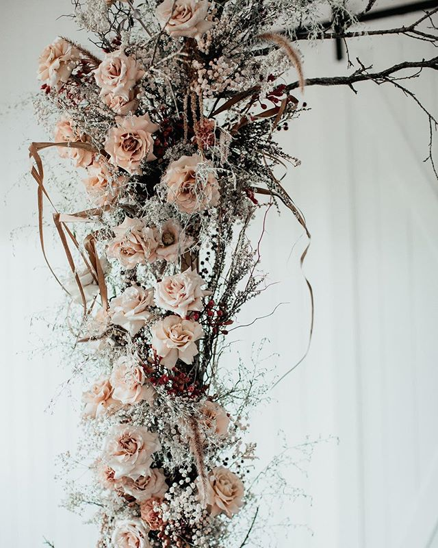 Textural is the name of the game 〰️ A beautiful glimpse (shot by @ivyroadphotography) of this arbour that I co-created with my talented petalpals @harbinger.of.spring + @locoforkoko_ . A privilege to make art with such incredible women 🙌🏽 . For an exciting @foreva_events shoot in The Barn, on the sprawling property of @summergroveestate. Can't wait to share more soon! ✨