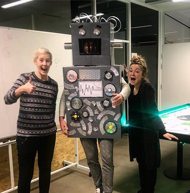 Så var jeg i Aarhus og lege robot med de her to seje piger fra ElevAkademiet. Podcastet er ude nu, og du kan lytte til vores snak om uddannelsessystemet og hvordan de hjælper børn til bedre uddannelse.