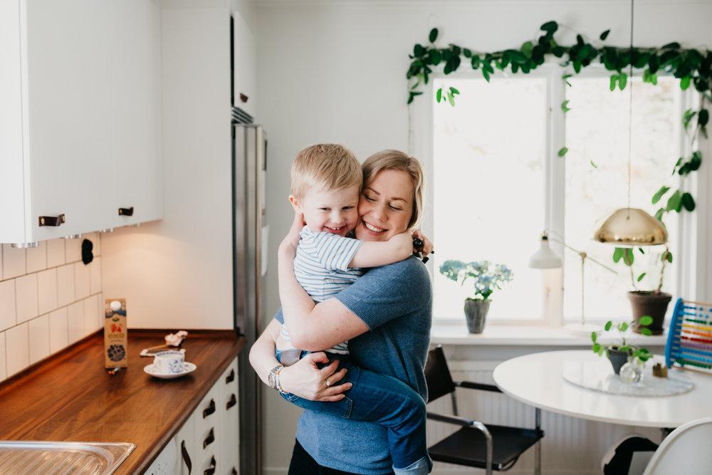 Mamma och barn i kök
