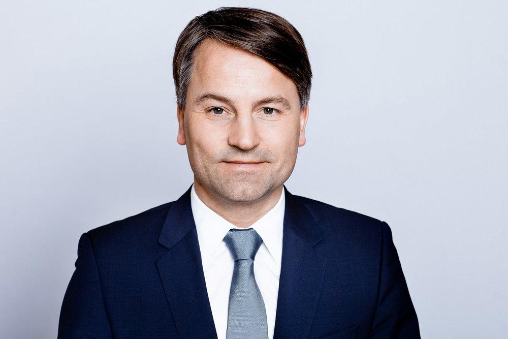 Businessportrait eines Anwaltes im blauen Business Anzug