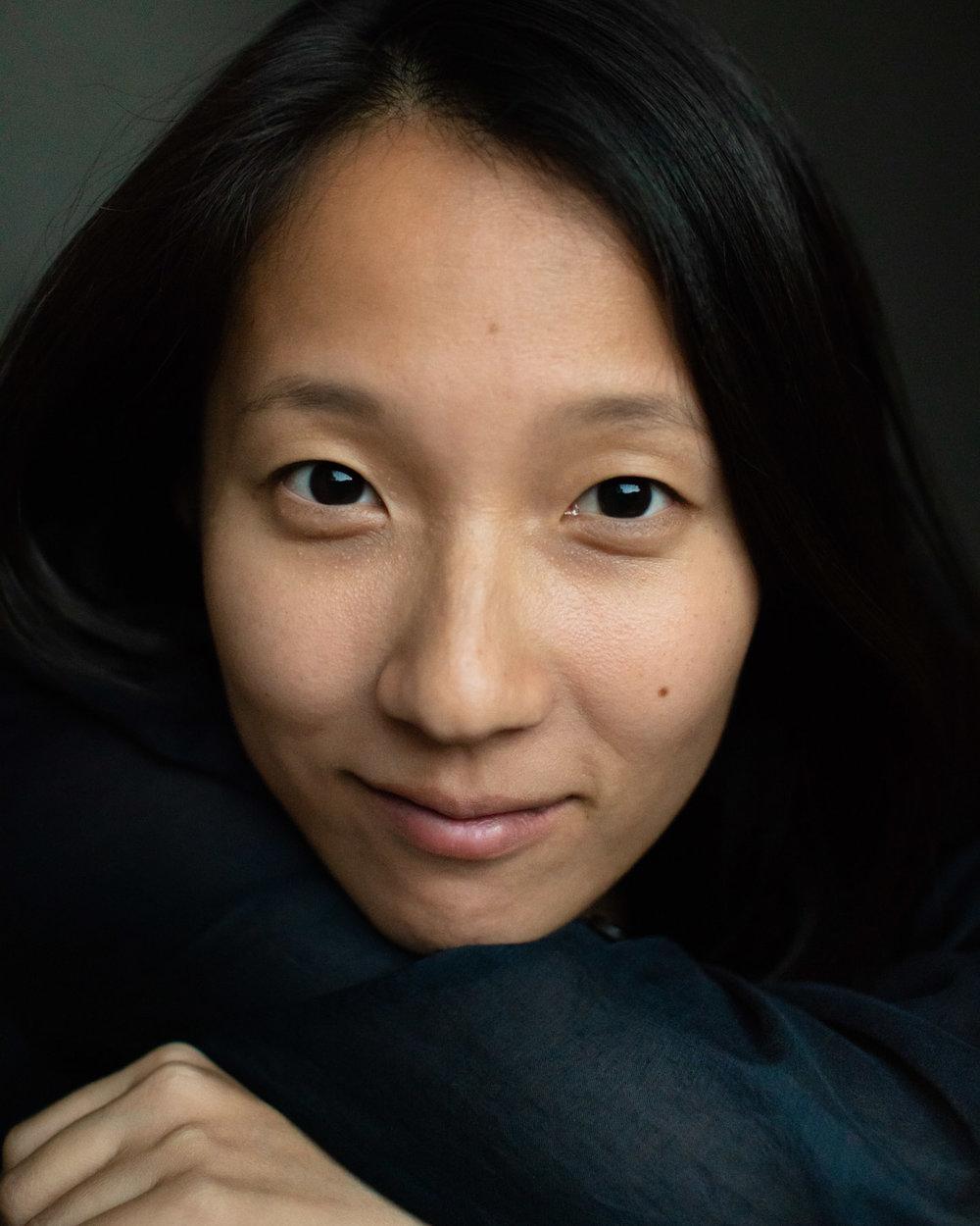 Eine Asiatische junge Frau im Abendlicht