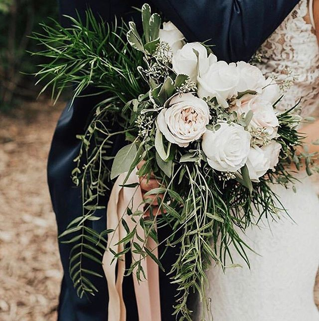 As spring gets closer we can't help but dream about all the gorgeous bouquet trends this year. What do you think... Wild blooms? Neutral palettes? Bright and bold? 🌸🌼🌿 . #flowersflowerseverywhere pc: @steenaanne