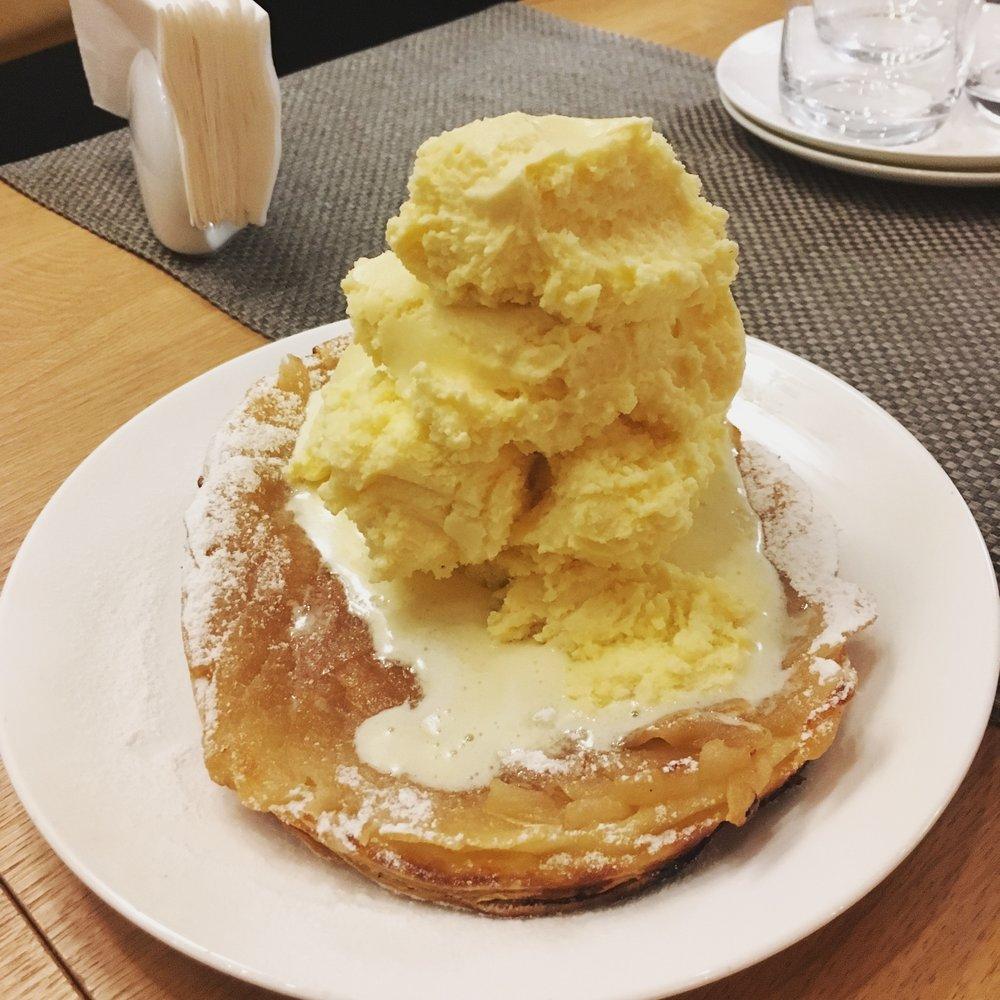 xxl apple pie with homemade icecream