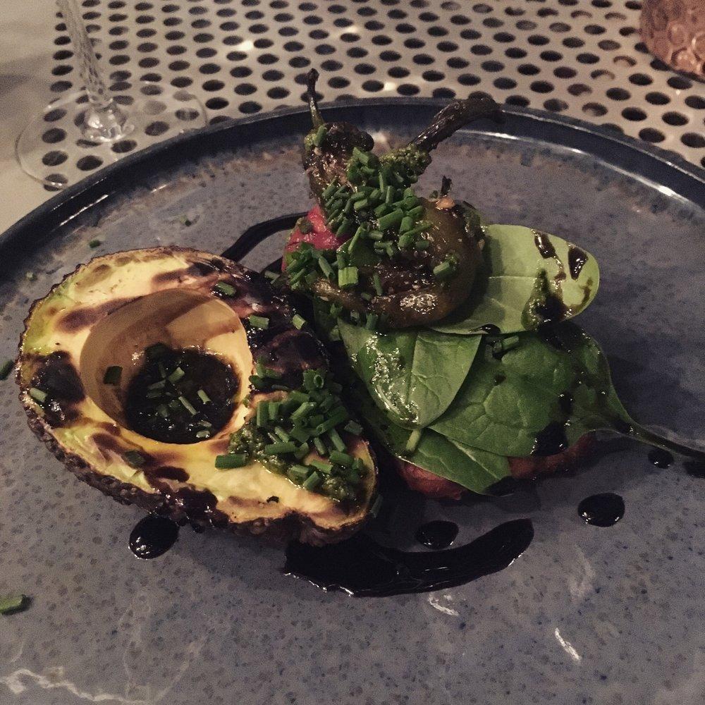 salată cu avocado și ardei copt