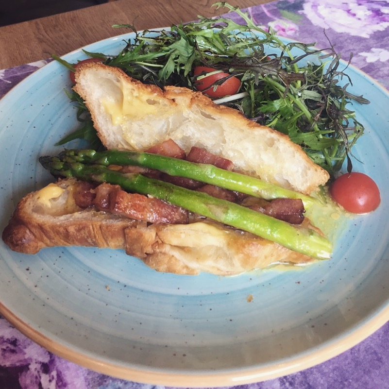 croissant cu sparanghel și pancetta afumată