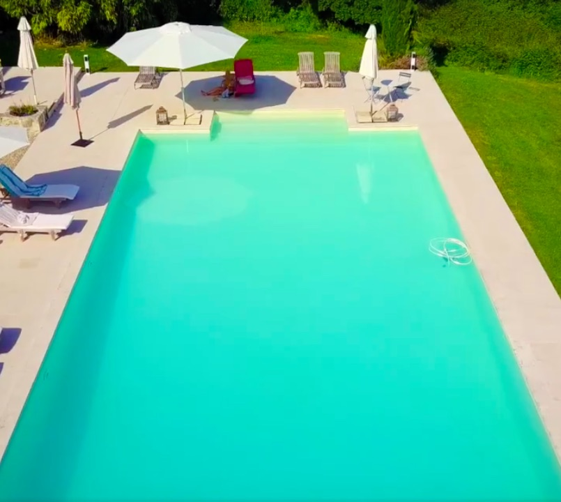 Infinity SWIMMING pool (8x14m - Unser modernes Schwimmbad bietet einen eindrucksvollen Blick über das Tal von Beaulieu.
