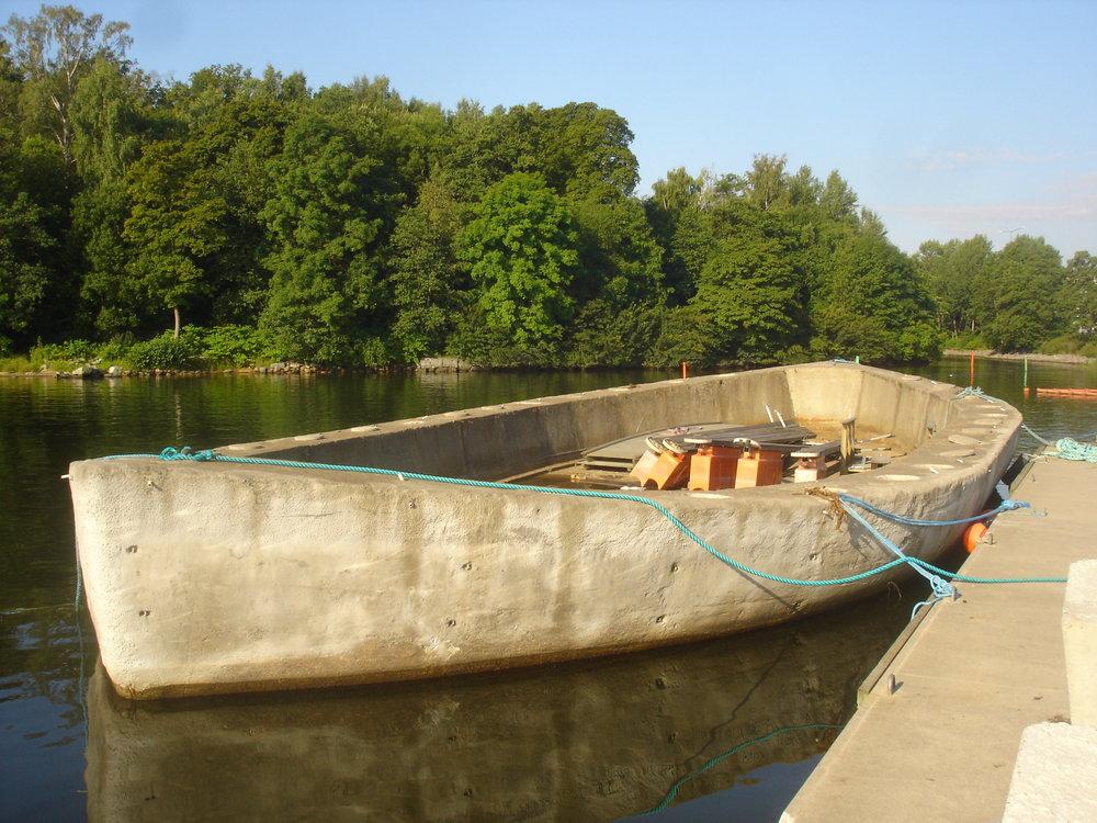 Betongskrov  - Ovalt betongskrov med flera vattentäta skott, tungt och stabilt. Kan byggas om och användas som t.ex. brygga med förvaring eller varför inte som flytande uteservering? Mått 20x6m.