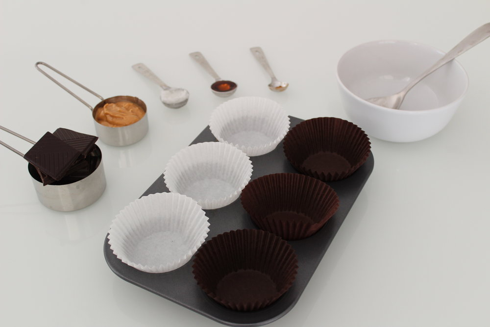 Learn how to make healthier peanut butter cups at home with less than 5 ingredients. Head over her for more information >>