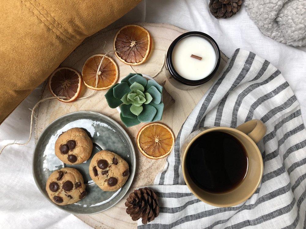 Tête-de-lit AIDAN: Une boisson et des cookies réconfortant dans un lit bien douillet