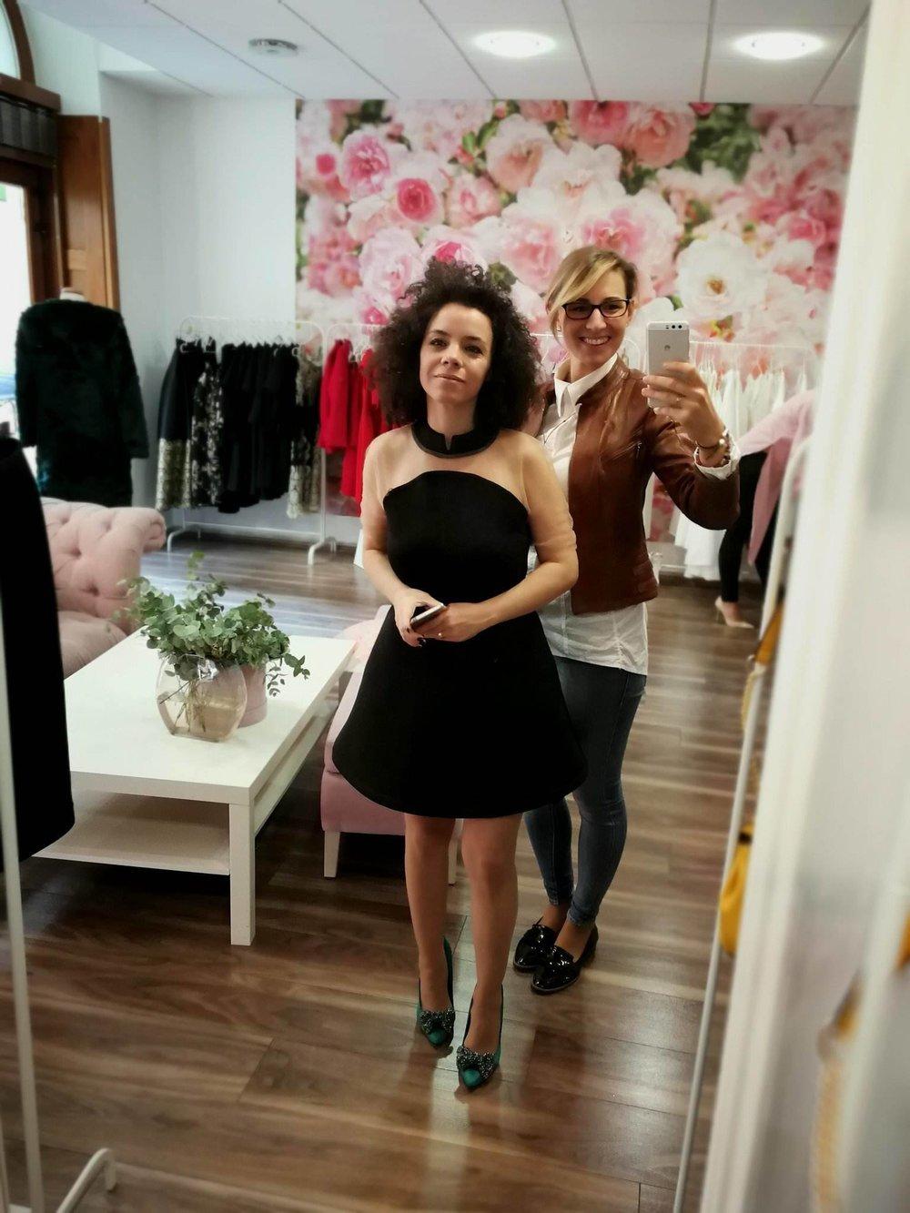 Készülődés a bemutatóra Nagy Zsófia protokoll stylisttal és Kovács Erikával, a KE fashion alapítójával