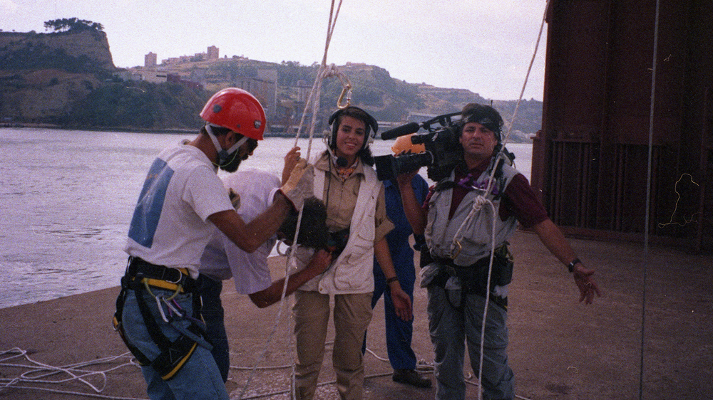 "Caça ao Tesouro - [Treasure Hunt]The show ""Treasure Hunt"" had only one season, but, thanks to the innovative character and adventurous spirit of Catarina Furtado, is noteworthy of the first years of SIC's existence. Guided by the contestants, the host would move across country in an helicopter, looking for a treasure, the final prize. Along the way, she had to face the most extreme challenges and got to introduce many of Portugal's landmarks."