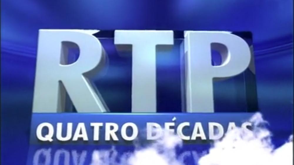 """Quatro Décadas - Retratos de Uma Televisão - Mais que mera testemunha da história de Portugal da segunda metade do século XX, a RTP foi também protagonista e instrumento privilegiado de captação dos acontecimentos que ajudaram a moldar o país e o mundo. Nesta série documental de 8 episódios contámos a vida da RTP através de uma imensidão de pequenas """"estórias"""", semi-públicas ou semi-secretas, umas escondidas, outras esquecidas, que formam, no seu todo, uma fascinante História da Televisão em Portugal e da sua importância para a construção da identidade do nosso país e da sua relação com o mundo."""
