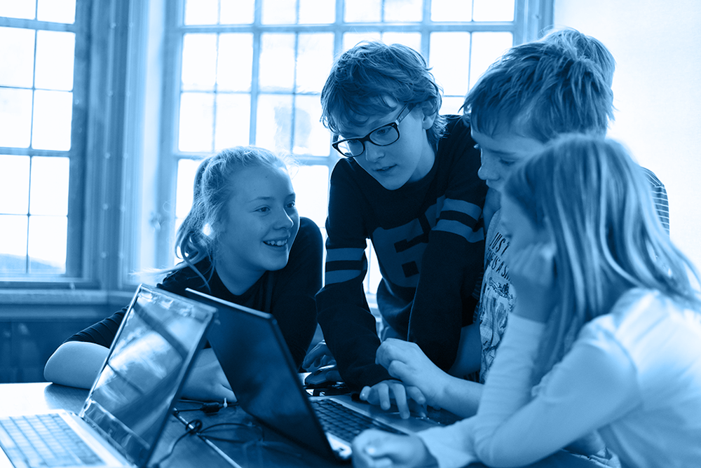 Et team af elever arbejder på deres spil. De har lavet en koncept, der nu omsættes til grafisk design, animationer og programmering.