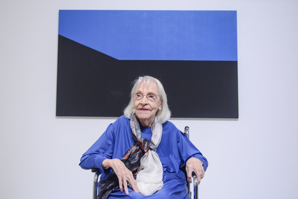 """""""Carmen Herrera ist sehr wahrscheinlich die älteste zeitgenössische Künstlerin, die heute arbeitet. Das Außergewöhnliche an Herrera ist, dass 'kommerzieller Erfolg' erst Anfang der 2000er Jahre kam - nach sieben Jahrzehnten als Künstlerin. Sie verkaufte ihr erstes Bild, als sie 89 Jahre alt war."""" Netflix-Dokumentation  The 100 Years Show  über eine Pionierin des Minimalismus in der Malerei, Carmen Herrera. Foto von Matthew Carasella."""