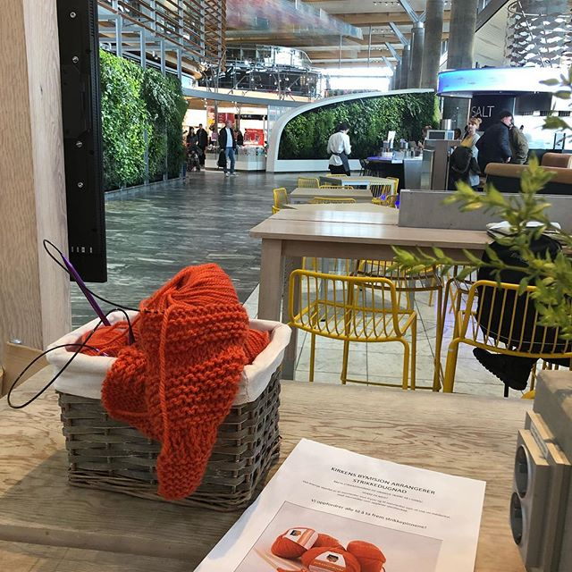 Found this at Haven Café at Oslo Airport. It asks people to continue knitting a scarf to show solidarity with homeless people. My friend Agnes knitted 5 cm. Yeay. #solidarity #love #knitting
