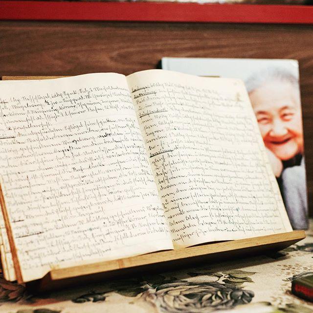 Verliebt in Bücher. Auch wenn das Lesen dieser alten Schrift unmöglich scheint. Ein Schatz, so ein Buch. #book #tellme #stories