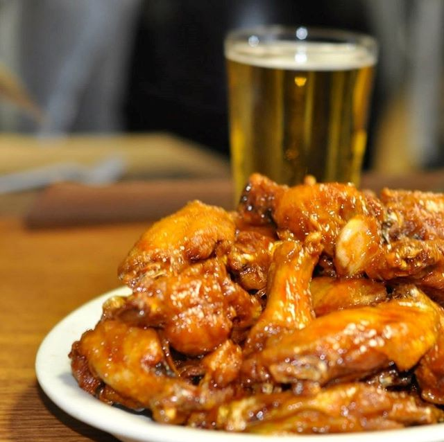 Wings and beer... name a better combo 😍🍗🍺. . .#uccellosristorante #uccellos #sportsbar #westmi #eatgr #grfoodie