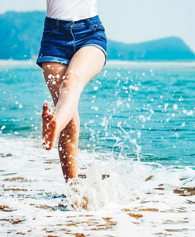Let the sea set you free. Celebrate the next chapter of your life with a splash. 🌊 • • • #Ceremony #travelmore #traveloften #wanderlust #gradtrip  #travel #vacay #adventureseeker #doyoutravel #wanderlust #seekmoments