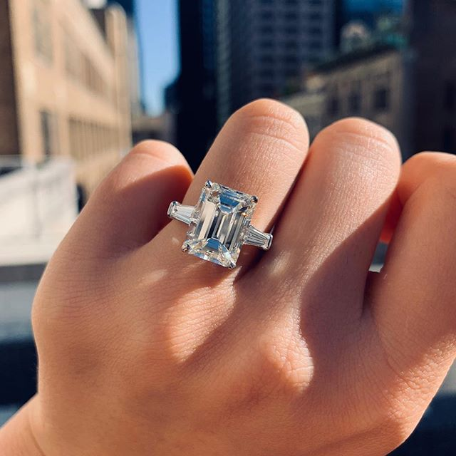 I really think Emeralds are my favorite ❤️ 5 carat emerald cut, set in Platinum in between two gorgeous tapered baguettes. Perfect💫 #daniellezinojewelry #nyc . . . . . . . . . #jewellery #jewelrydesigner #fashion #jewelrydesign #follow #jewelry #jewelryaddict #beautiful #happy #gold #diamond #amazing #style #yellowgold #smile #luxury #classy #ring #engagementring #proposal #shine