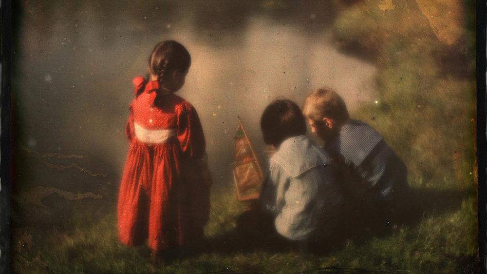 «Lotte, Hans og Walter Kühn leker ved vannet» av Heinrich Kühn