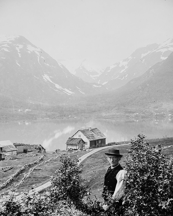 «Johannes Torstad på gården i Sogndalsdalen» av Nils Olsson Reppen