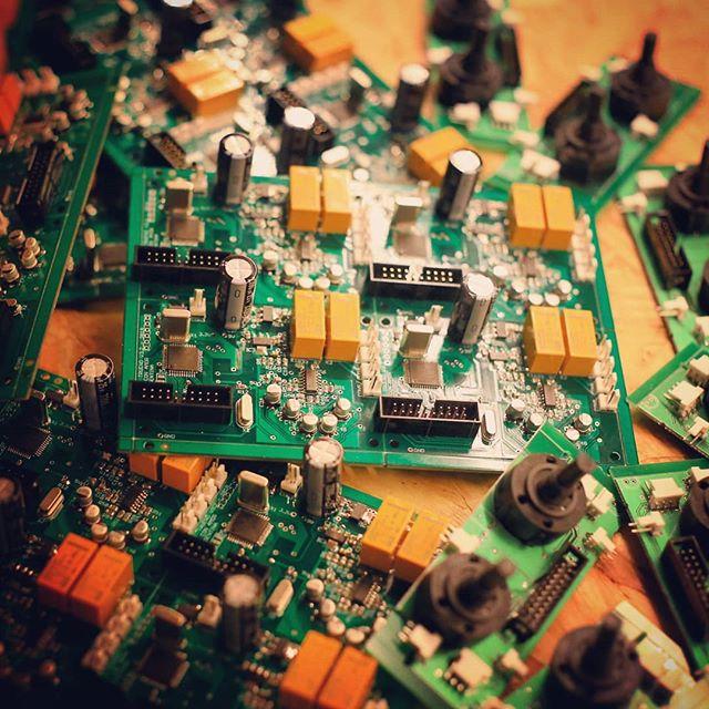 🎤 Y ya juntamos todo para la nueva serie! 🎟️ S/N: LT-028 a 047, a cuál le querés jugar? 👾#serialnumber #printedcircuitboard #electronics #tremolo #stereo #digitalsignalprocessing #forsale #hechoconamorenargentina #gogetit