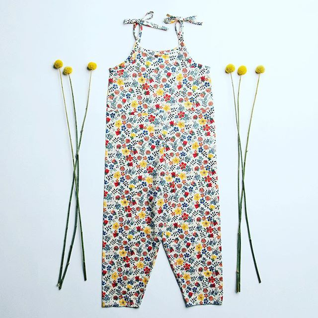 We 💓 this LONDON based brand @nelliequats specialising in beautifully handmade clothes for little girls 🌸💓🌸 Divine #libertyprint jumpsuits and matching hair bows 🎀 are a fav...link in bio for our summer picks 👆🏼 #girlsjumpsuit #girlsfashion #kidsfashion #handmade #londonmade