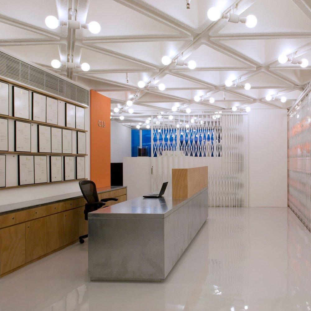 工作室 - CL3思联(CL3) 成立于1992年,是一间富于创新的建筑及室内设计公司。总部设于香港,在深圳、北京和上海均设有分部。思联(CL3)的设计弥合建筑与艺术元素,为设计提炼了真正的国际化精神。思联(CL3) 在每一项设计上都令到独特杰出东方美学以现代的手法诠释及展示出来。著名艺术家及建筑师林伟而先生专业的领导能力和真知灼见带领着思联(CL3) 60人的团队日益专业,精益求精。