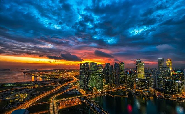 Sunset in Singapore is magical, especially on a Wednesday! ⠀ ⠀ #midweekmotivation #ExpatLife #KnowYourSingapore⠀
