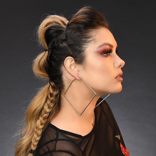 Did you see our tutorial on how to get this fab festival faux-hawk?? Check IGTV to see the full video! 💕Stay tuned to see a full breakdown on how to get this berry-pretty smokey eye in the next couple of days 🎵Which music festivals do you plan on going to this year? Tell us in the comments!! _______________________________________________ Kayla Used:  @makeupforeverofficial HD foundation Y255 @narsissist Radiant Creamy Concealer in Canelle @beautybakeriemakeup Flour Setting Powder in Yellow @nyxcosmetics Highlight and Contour Pallette @beccacosmetics Shimmering Skin Perfector in Champagne Pop @anastasiabeverlyhills Brow Pomade in Dark Brown and Clear Gel  inspired by: @heatherchapmanhair