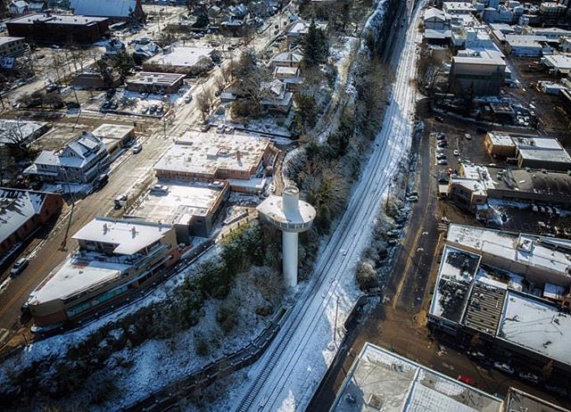 Snowy birds eye view of our little gem of a city 🕊🌃 Thanks for sharing @nwbynw ✨ #downtownoregoncity #oregoncityoregon #oregoncity #oregoncityelevator #oregoncitymunicipalelevator #oregoncityphotographer