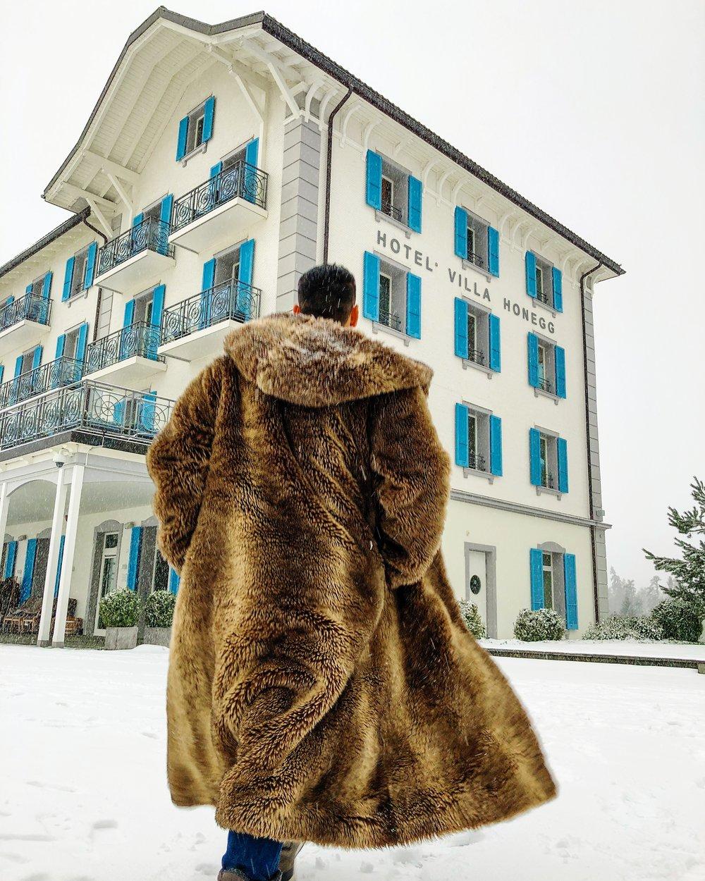 O hotel oferece casacos de pele sintética aos hóspedes para que possam passear pelos jardins e arredores.