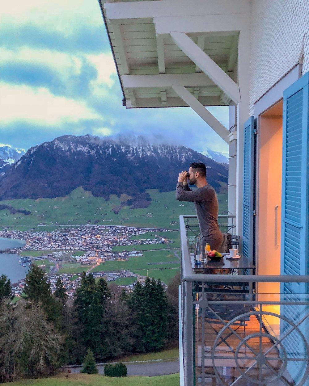 Essa corner suite, uma das mais especiais, tem duas varandas e vista privilegiada do lago de Lucerna e dos Alpes suíços.