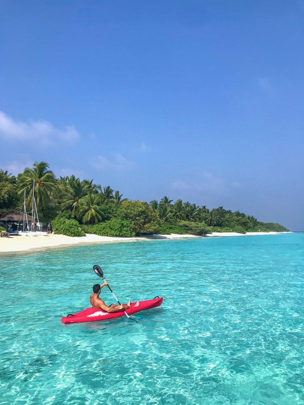 O Soneva Fushi se destaca por estar localizado em uma ilha de mata densa e fauna abundante. O hotel que tem apenas beach villas, é conhecido pelo bom gosto na decoração assinada pela co-fundadora Eva, esposa de Sonu Shivdasani. O nome Soneva é a junção dos nomes do casal.