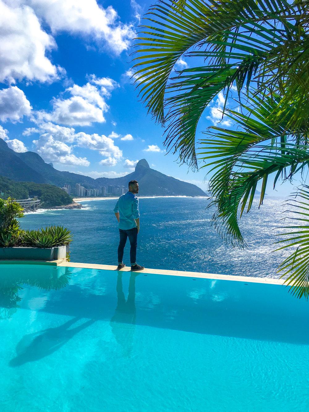 O Hotel La Suite é um verdadeiro refúgio na cidade do Rio de Janeiro. Com apenas 7 suites, a mansão no Joá esbanja sofisticação. A piscina, já icônica, pode ser vista em vários editoriais de moda de revistas nacionais e internacionais.
