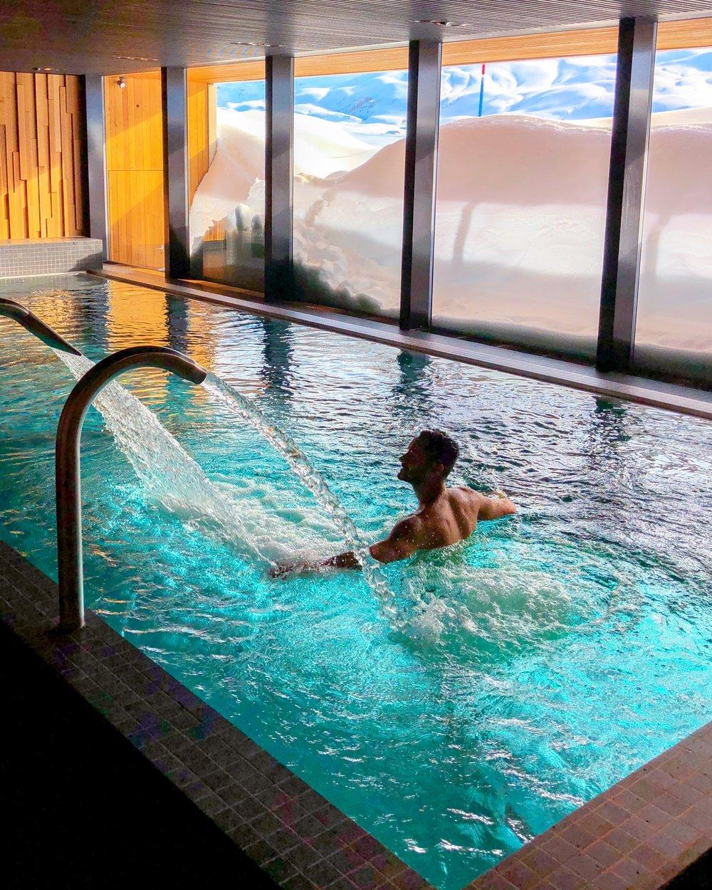 O Spa super moderno tem diversos tipos de saunas e essa piscina incrível com vista para a pista de esqui.